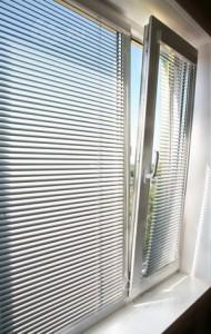 Окно с установленными жалюзи