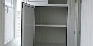 Алюминиевый шкаф с полками, дверь распашная, антресоль раздвижная