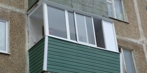 Балкон с выносом, остекление алюминием, сайдинг