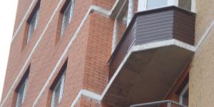 Остекление балкона, отделка парапета железным листом