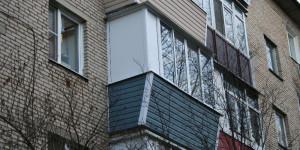 Остекление балкона с выносом, отделка сайдингом