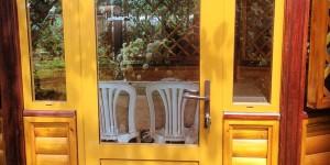 Остекление беседки. Входная дверь из цветного крашеного алюминия.