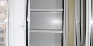 Алюминиевый шкаф на балкон с полками